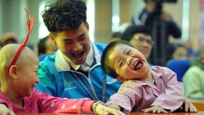Đại biểu thanh niên mang nụ cười đến viện K Tân Triều