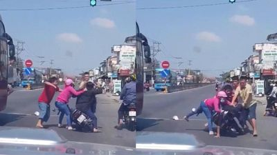 Sau va chạm nhẹ, tài xế xe máy bị đánh, đấm tới tấp giữa đường
