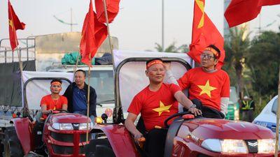 CĐV nghỉ làm, ra sân bay chào đón U22 Việt Nam