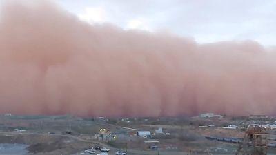 Cơn bão bụi khổng lồ nuốt chửng thị trấn ở Australia