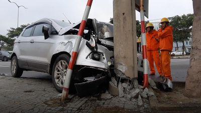 Ford Ecosport tông cột điện, tài xế thoát chết