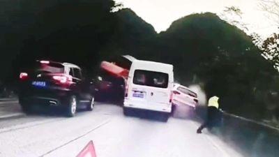 Thấy container tông loạt ôtô, cảnh sát nhảy qua lan can đèo thoát chết