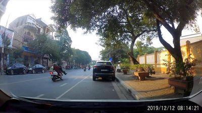 'Ninja Lead' bất ngờ tông bay người đàn ông lững thững sang đường