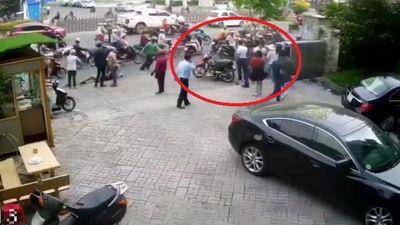 Ôtô tông liên hoàn nhiều người đi xe máy ở TP.HCM
