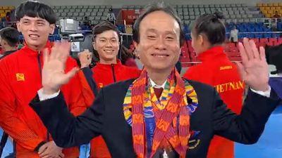 Vận động viên taekwondo khóc, trao huy chương SEA Games 30 cho thầy