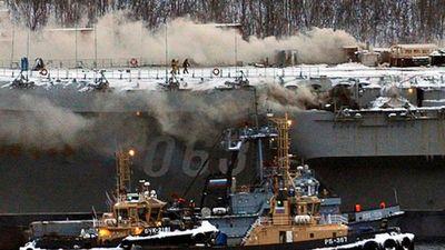 Hết sập cần cẩu lại cháy bừng bừng, vụ sửa chữa tàu Kuznetsov quá lắm 'nhiêu khê'!