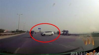 Clip: Tài xế bất chấp nguy hiểm ngang nhiên quay đầu trên QL1A