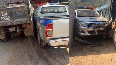 Ô tô CSGT Lạng Sơn móp đầu, rơi biển số sau va chạm xe ben