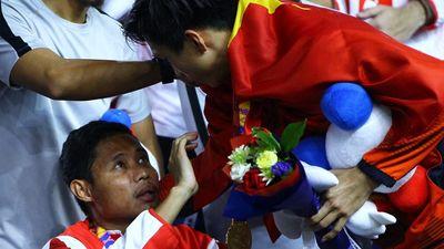 Thầy Evan Dimas thông cảm với pha bóng của Văn Hậu
