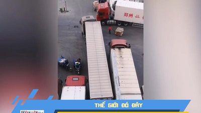 Tài xế container trổ tài đỗ xe siêu đẳng
