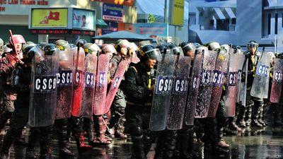 Công an TP.HCM diễn tập chống khủng bố, giải tán đám đông