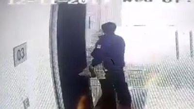 Clip: Phẫn nộ người đàn ông nghi là Trung tá, bác sĩ ở Học viện Quân Y Hà Nội 'xả lũ' ở sảnh chung cư