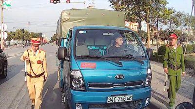 Tài xế chạy ngược chiều còn yêu cầu xe khác tránh đường
