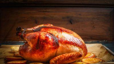 Trổ tài nướng gà nguyên con đãi gia đình dịp Giáng sinh