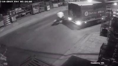 Cướp giật rồi tăng ga bỏ chạy, tông vào xe tải tử vong?