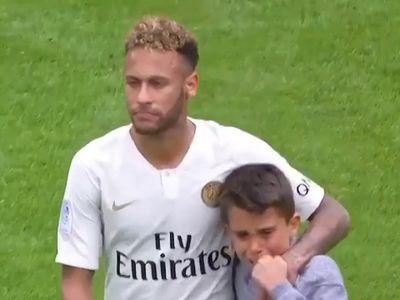 Trong trận đấu giữa PSG và Rennes, một cậu bé đã chạy vào sân ôm lấy Neymar và khóc. Và siêu sao người Brazil đã đáp lại bằng một hành động được nhiều người khen ngợi.