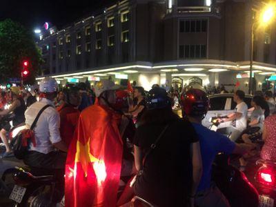 Rất đông người hâm mộ thủ đô Hà Nội đã đổ ra đường ăn mừng chiến thắng của ĐT Việt Nam trước ĐT Malaysia.