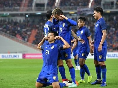 Phải làm khách trên thánh địa Rajamangala của Thái Lan, đội tuyển Indonesia gây bất ngờ khi có bàn thắng mở tỉ số. Tuy nhiên, Thái Lan nhanh chóng giành lại thế trận để rồi giành chiến thắng với tỉ số 4-2.
