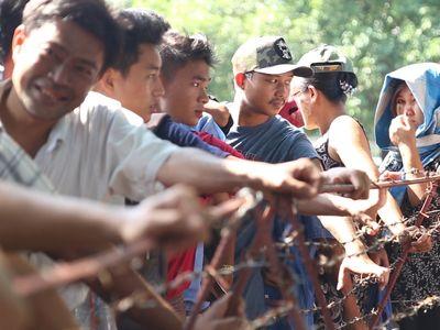 Từ sáng đến trưa 18/11, khu vực bán vé tại SVĐ Thuwunna (Yangon), rất đông CĐV đội chủ nhà trật tự xếp hàng. Giá vé dao động từ 3 - 5 Kyats (tương đương 60 - 100 nghìn đồng).
