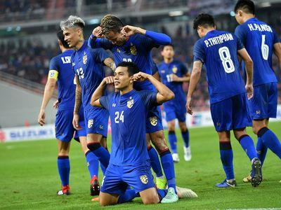 Chân sút Korrakot Wiriyaudomsiri đã gây ngỡ ngàng với cú sút phạt góc có chủ ý thành bàn vào lưới Indonesia, khởi đầu cho cuộc lội ngược dòng của Thái Lan và còn nhiều bàn thắng đẹp ở vòng 3 AFF Cup 2018.