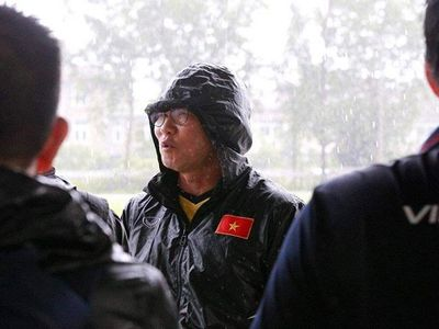 Buổi tập đầu tiên của tuyển Việt Nam trên đất Myanmar đã không diễn ra theo kế hoạch, khi trời đổ mưa rất to kèm theo gió giật mạnh.