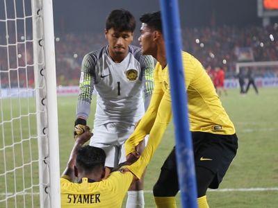 Sau khi trọng tài chính thổi còi kết thúc trận đấu, các cầu thủ Malaysia đổ gục xuống sân vì buồn bã. Đội trưởng Zaquan Adha đã bật khóc, nhiều người được đồng đội đỡ dậy.