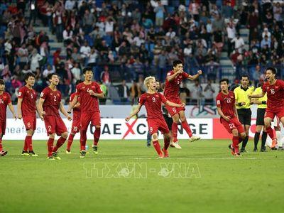 Sau khi hạ đẹp Jordan nhờ loạt sút luân lưu và trở thành đội tuyển đầu tiên ghi danh vào tứ kết, các thành viên của đội tuyển Việt Nam đã 'quẩy' tưng bừng để ăn mừng chiến thắng trong phòng thay đồ.