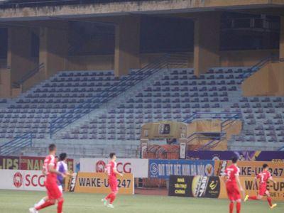 Không được vào sân cổ vũ trận đấu vòng 23 V.League 2019 giữa câu lạc bộ Hà Nội và Viettel, rất đông cổ động viên tập trung bên ngoài sân dựng màn hình hò reo cổ vũ cho đội nhà.