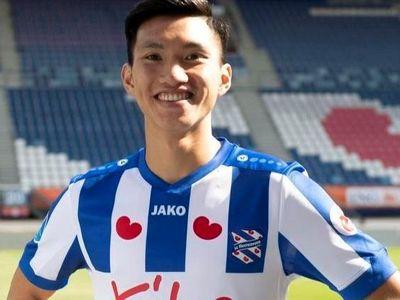 Một tiếng trước trận gặp AZ Alkmaar ở vòng 9 giải vô địch quốc gia Hà Lan, Đoàn Văn Hậu được ống kính CLB SC Heerenveen quay lại khi đang trò chuyện cùng đồng đội Chidera Ejuke.