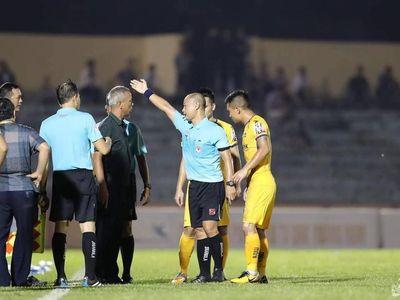 Dẫn trước 2-1 trên sân Tam Kỳ trước Quảng Nam nhưng bàn thua gỡ hòa 2-2 đã khiến mọi nỗ lực của SLNA trong mùa giải 2019 tan thành mây khói. HLV Nguyễn Đức Thắng không giấu được nỗi bức xúc sau trận đấu.