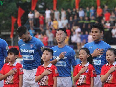 Clip: Than Quảng Ninh nhận huy chương đồng V-League 2019 sau khi giành chiến thắng 4-2 trước Hà Nội FC ở vòng 26.