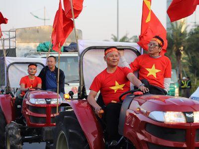 Hàng trăm CĐV có mặt từ sớm ngoài sân bay Nội Bài để đón U22 Việt Nam và tuyển bóng đá nữ sau chiến tích giành cú đúp HCV SEA Games.