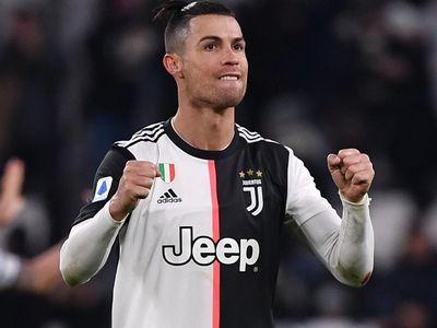 HLV Maurizio Sarri không giấu được sự vui mừng trước thành tích ghi bàn ấn tượng của cậu học trò cưng Cristiano Ronaldo.