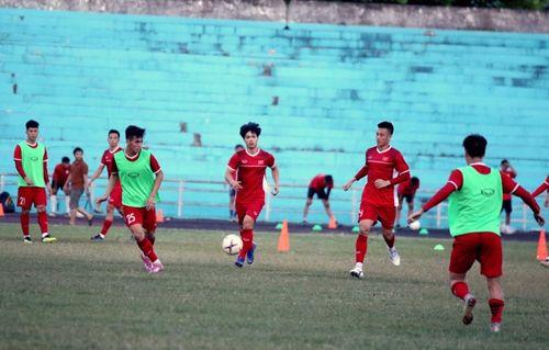 Sợ tuyển Việt Nam chấn thương, HLV Park Hang-seo yêu cầu đổi sân tập trên đất Lào