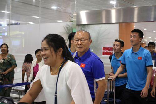Tuyển Việt Nam và HLV Park Hang-seo đặt chân đến Myanmar