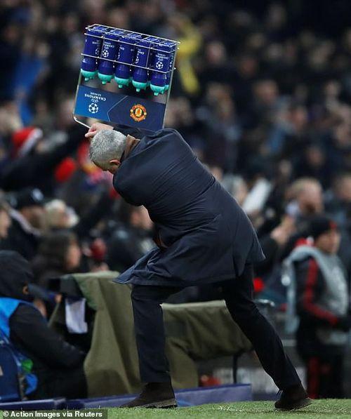 Cận cảnh màn ăn mừng quá khích, Mourinho đập phá điên cuồng ngay tại Old Trafford