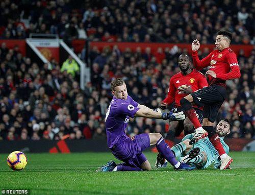 Công làm thủ phá, Man United giương cờ trắng ở Premier League