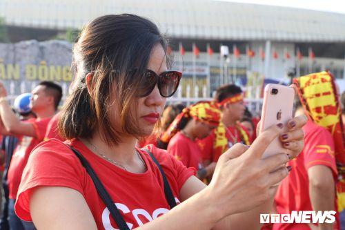 CĐV cắt tóc hình Park Hang Seo, nhảy múa trước trận Việt Nam vs Philippines