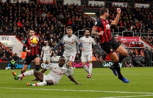 Salah lập hattrick, Liverpool vượt mặt Man City chiếm ngôi đầu