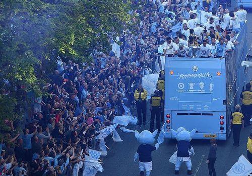 Man City diễu hành ăn mừng hoành tráng khắp Manchester