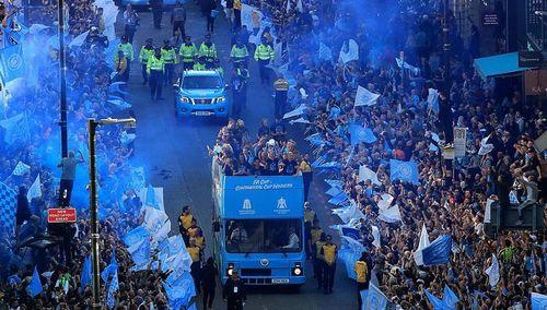 CHÙM ẢNH Man City diễu hành ăn mừng hoành tráng, thành Man chỉ màu xanh