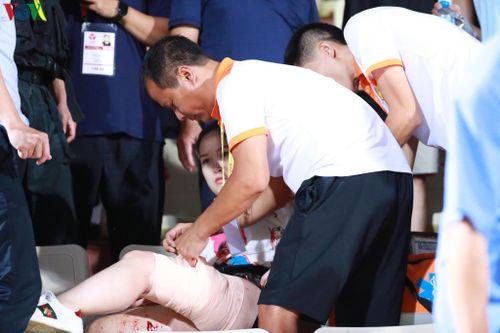 Fan nữ đổ máu, Hàng Đẫy thất thủ trong 'cơn mưa tên lửa' pháo sáng