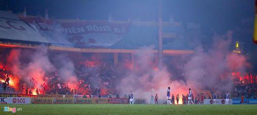 Pháo sáng và mối họa cần loại bỏ khỏi bóng đá Việt Nam