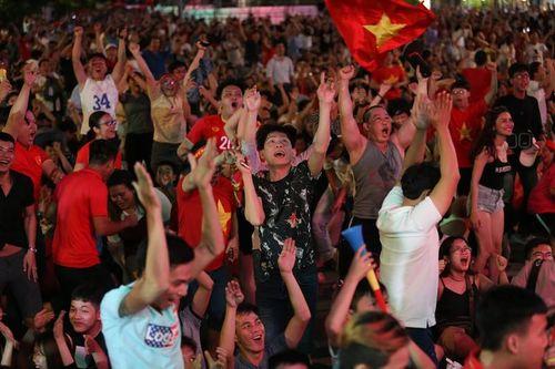 Năm màn hình lớn phục vụ CĐV xem Việt Nam đấu UAE và Thái Lan