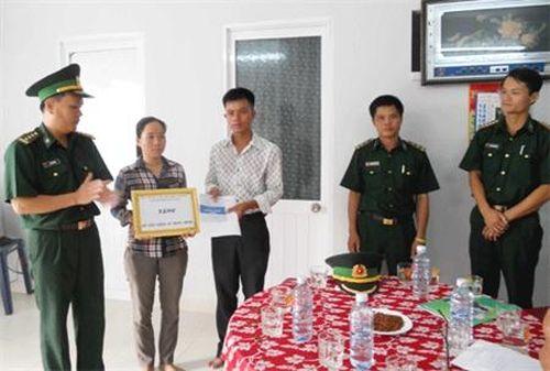 BĐBP Thành phố Đà Nẵng tặng sổ tiết kiệm 'nghĩa tình đồng đội'