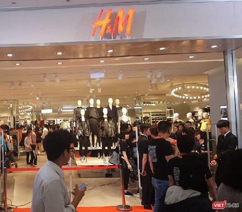 Ngàn người rồng rắn xếp hàng từ sớm để mua đồ H&M Hà Nội
