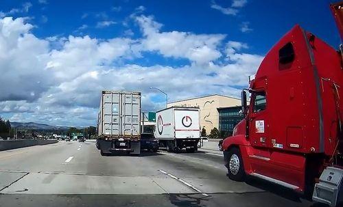 Tình huống nguy hiểm khi SUV bị kẹp giữa container và xe tải
