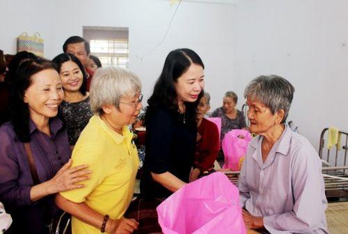 Bí thư Tỉnh ủy thăm người già neo đơn