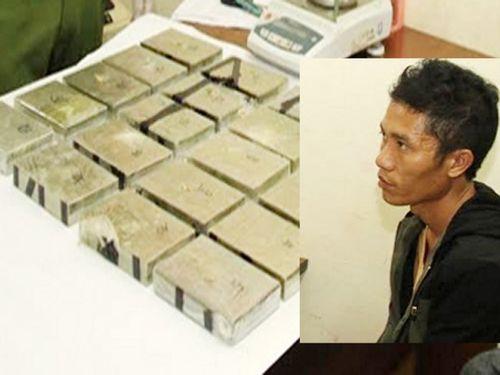 Kiểm tra ba lô thanh niên đang ăn 'cơm bụi', phát hiện 20 bánh heroin