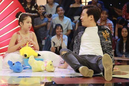Cô bé 10 tuổi chọc cười Trấn Thành, Trường Giang bằng thú nhồi bông